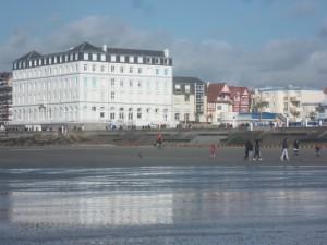 Vue sur la digue de Wimereux et sur le grand hotel à partir de la plage