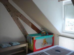 Chambre parentale avec grand lit et armoire